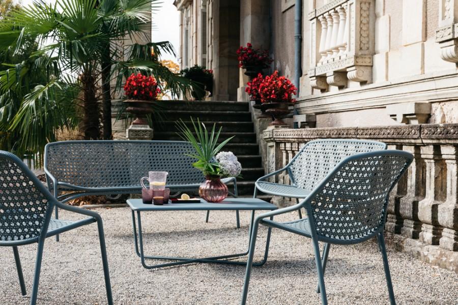 Banquette et fauteuils bas table basse CROISETTE gris orage Fermob