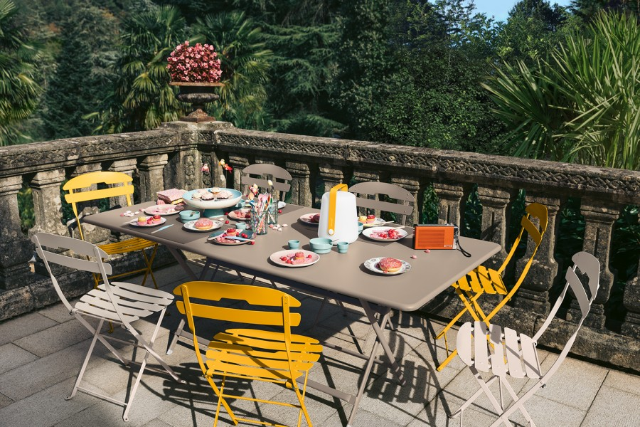 Table CARACTERE muscade et chaises de jardin LA MOME avec balad h25 miel Fermob