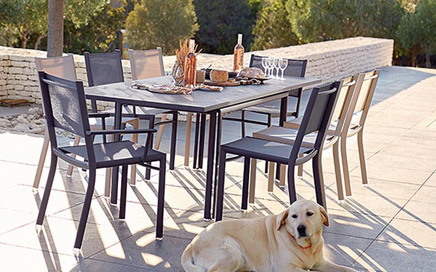 Table de repas à allonge Costa en aluminium, chaises et fauteuils Fermob
