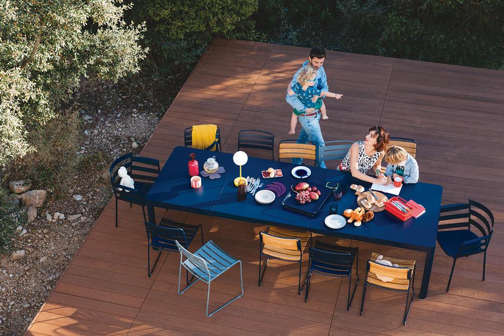 Table rallonge aluminium chaises de jardin surprising-plateau-alto-dessous de plat trefle et banane lampe exterieur mooon miel de Fermob