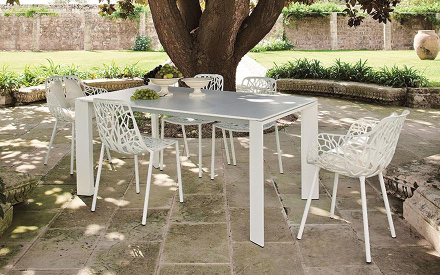 Table grande arche allonges aluminium chaises fauteuils Forest Fast
