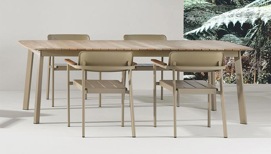 Table taupe en teck Shine
