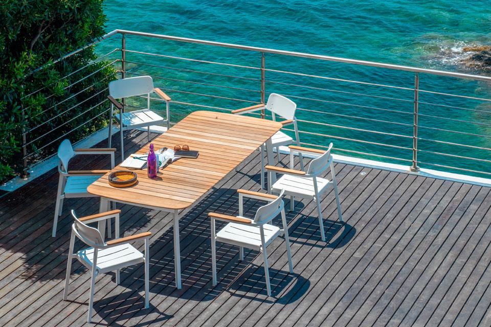 EMU Shine - table, fauteuil et chaises structure en aluminium - plateau Teck