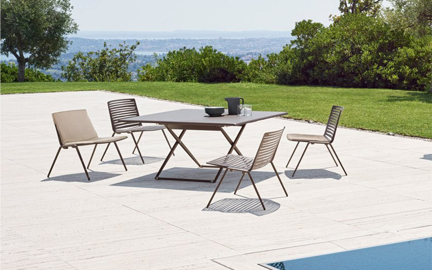 Table de jardin Up and down et fauteuils zebra Fast